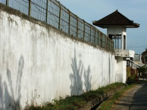 Urgent renovating needed at Kerobokan prison where prison fence wall could collapse during next strong earthquake.