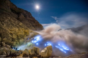 Mount Ijen at East Jave closed after releasing toxic gaz and explosions