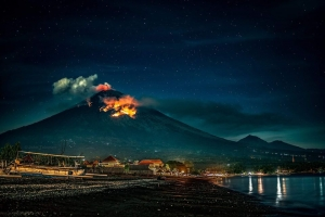 Violent eruption Mt Agung trowing out hot rocks 2 km from the crater, evacuation of 28 villages.