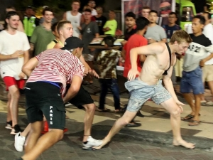 6.000 Australian schoolies partying in Bali, causing chaos and fights on streets of Kuta.