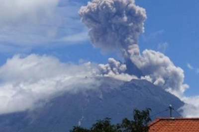 Mount Agung erupts again and blows 1,5 km ash in the Bali blue Sky